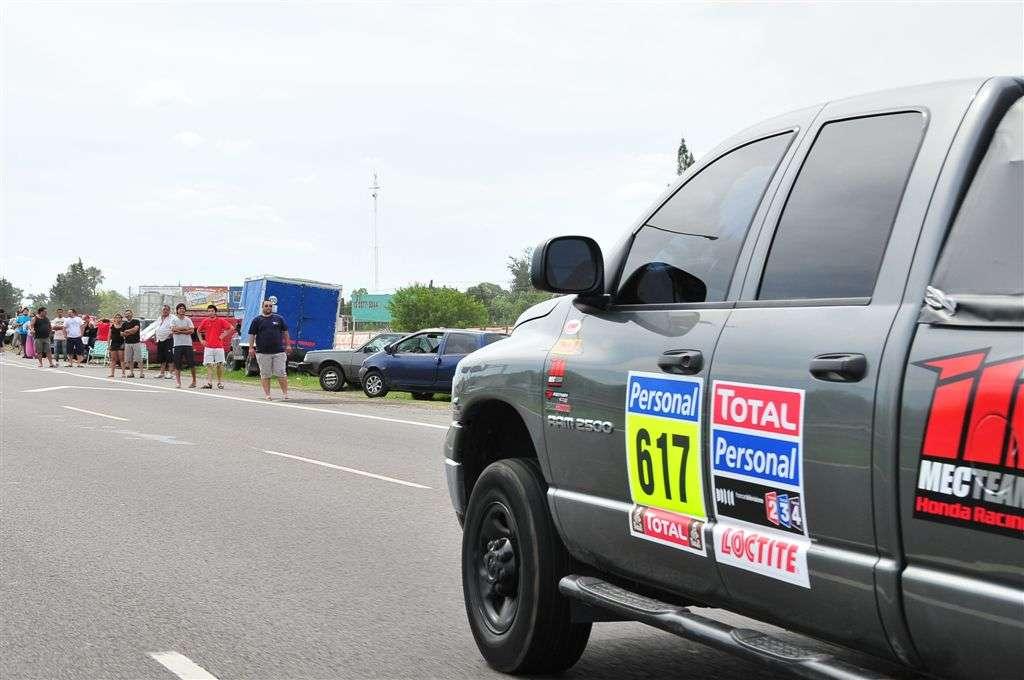 Miradas atentas ante el paso de un coche de apoyo (Miguel Cañigral ©).