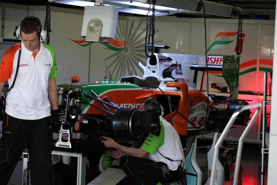 Los mecánicos de Force India en acción (Jesús Mendoza ©)