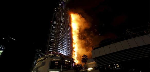 Un espectacular incendio consume un rascacielos en dub i for Edificio movil en dubai