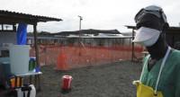 La guerra de trincheras contra el ébola se cobra la vida de más de 120 médicos y enfermeras