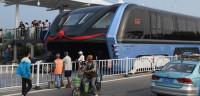 China pone en marcha el tren que circula sobre los coches