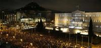 Miles de personas protestan en Atenas ante escasa policía