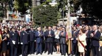 Miles de valencianos acompañan y aplauden a la Reial Senyera durante la procesión cívica