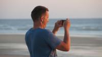 """El 83% de los españoles cree que llevar el móvil en vacaciones es """"imprescindible"""""""