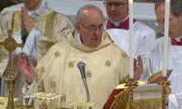 Un Papa sorprendido de serlo, que paga sus cuentas y no usa coche oficial