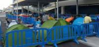 Decenas de persona pernoctan frente al primer Ikea de Valencia
