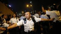 La Policía de Hong Kong retira nuevamente barricadas en la zona de Mong Kok