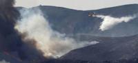 Los bomberos refrescan la zona de los incendios de Villamarxant y Ribarroja