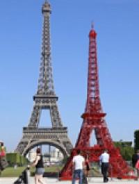 La Torre Eiffel tiene una réplica hecha con sillas