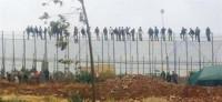 Trasladan a 150 inmigrantes a la Península para aliviar el CETI de Melilla