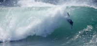 Decenas de surfistas cabalgan las olas provocadas por un huracán