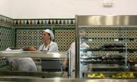 Los escolares andaluces con menos recursos reciben desde hoy tres comidas al día