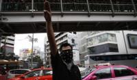 Tailandia quiere prohibir un saludo de protesta inspirado en 'Los Juegos del Hambre'