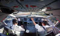 Piloto de avión comercial, uno de los trabajos más lucrativos