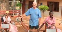 Misionero fabrica 1200 triciclos para discapacitados en Ghana
