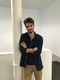 Álvaro Talarewitz, escritor y galerista madrileño, explora distintos aspectos de la vida en su obra Las estrellas que nos miran