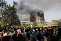 Las llamas de la furia toman una fábrica téxtil en Bangladesh