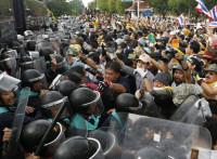 Los manifestantes asaltan la sede del Ejército filipino