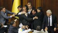 Pelea en el Parlamento ucraniano antes de votar la ley de idiomas