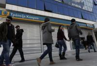 Los chipriotas se lanzan a los bancos tras diez días cerrados