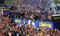 El Barça se da un baño de masas en una rúa festiva y colorida llena de anécdotas