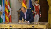 El Rey cede su silla al Príncipe tras firmar la Ley de Abdicación