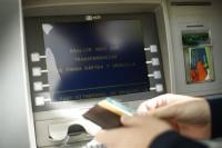 El Gobierno impide la doble comisión por sacar dinero en los cajeros de otro banco