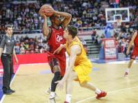 El Barcelona alcanza al Valencia Basket y el Baskonia arrolla al Estudiantes