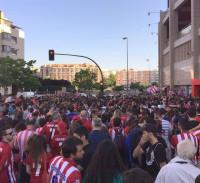 Miles de aficionados atléticos aclaman a Simeone en el Vicente Calderón: