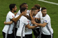 Alemania vence pero tampoco convence