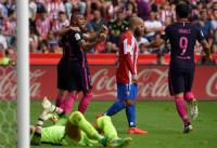 El Barça rota y golea en El Molinón