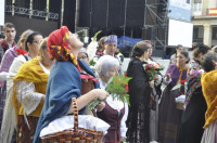 Miles de oferentes llenan de flores el manto de la Virgen del Pilar
