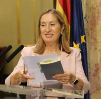 Ana Pastor entrega el listado de los partidos que acudirán a la ronda de consultas