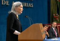 Núria Espert comparte su premio con sus compañeros del teatro,