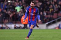 El tridente y Messi, con otra falta letal, remontan