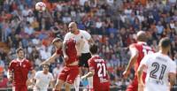 El Sevilla se aleja de la tercera plaza y el Betis encuentra paz