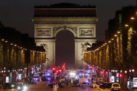 Un policía muerto y dos heridos graves por un tiroteo en los Campos Elíseos de París