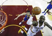 LeBron James e Irving alargan la final para los Cavaliers