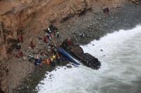 Ascienden a 51 los muertos por la caída de un autobús por un barranco en Perú