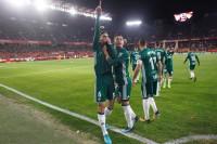 El Betis asalta el Pizjuán en un derbi de infarto y el Valencia vuelve a ganar