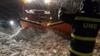 La UME de León y Madrid trabaja en la AP-6 para rescatar los vehículos atrapados en la nieve
