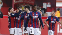 El Huesca se escapa y el Oviedo se lleva el derbi asturiano para asomar al ascenso directo