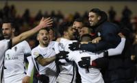 Michael Santos asalta El Alcoraz, acerca al Sporting a la cabeza y deja líder al Rayo