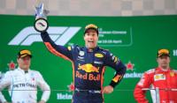 Ricciardo reina en la locura de Shanghái y