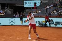 Djokovic gana confianza ante Nishikori en su estreno en Madrid