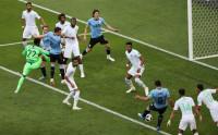 El centenario Suárez mete a Uruguay en octavos