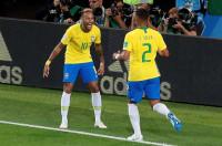 Una Brasil sin brillo pasa como primera de grupo