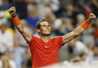 Nadal desarma a Tsitsipas y alza su título 80