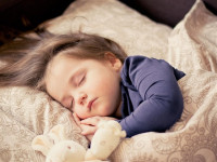 Pesadillas nocturnas e hiperactividad, síntomas de apnea del sueño en niños