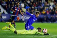 El Levante supera a un Barça espeso y afortunado